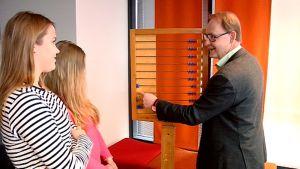 Noora Kovanen ja Noora Malinen saivat helmitauluoppia Jouni Hynyseltä.