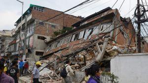 Romahtanut talo Kathmandussa 25. huhtikuuta.