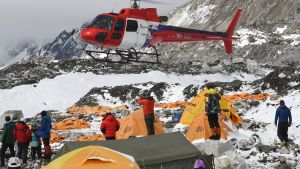 Pelastushelikopteri hakee loukkaantuneita perusleiristä.