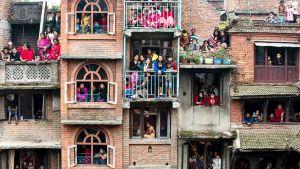 Ihmiset seuraavat festivaalitapahtumia Kathmandussa.