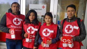 Nepalilaisia nuoria lähdössä lipaskeräämään SPR:n toimistolta Jyväskylän keskustaan.