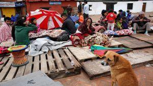 Ulkona nukkuneita Kathmandussa 27. huhtikuuta.