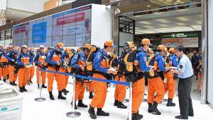 Joukko japanilaisia pelastustyöntekijöitä matkalla Tokion Narita-lentokentältä avuksi Nepalin maanjäristysalueelle 26. huhtikuuta.