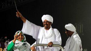 Sudanin presidentti Omar al-Bashir tervehti kannattajiaan Khartumissa, Sudanin pääkaupungissa, 9. huhtikuuta.