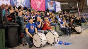 Kataja Basketin faniryhmä Katajafanit kannustavat omiaan.