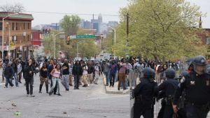 Poliiseja ja mielenosoittajia vastakkain kadulla Baltimoressa.