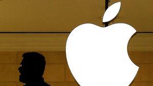 Työntekijä Applen myymälässä New Yorkissa.