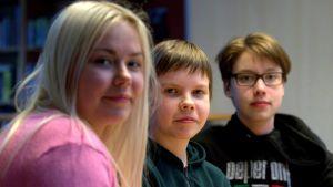 Kuvassa uutisluokkalaiset Jessika Äijö, Juho Kolehmainen ja Matti Tyrväinen Pieksämäen Hiekanpään koululta.