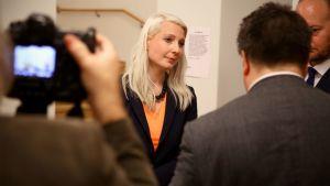 Laura Huhtasaari seisoo valokuvattavana.