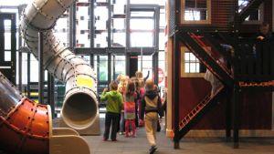 Lapsia leikkipuistossa.