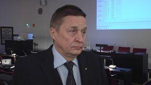 Kouvolan kaupunginvaltuuston puheenjohtaja Harri Helminen