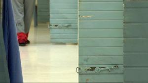 Sörkän vankilan vanhat ovet laitetaan myyntiin.