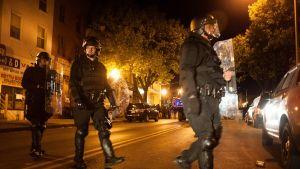Poliisit partioivat Baltimoren kaduilla 28. huhtikuuta.