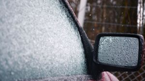 Lunta ja räntää auton ikkunassa.