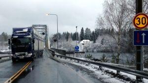 Rekka ajaa sillalla.