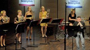 PowerBrassGirls solistinaan Boston Brassin Jose Sibaja vuonna 2014.jpg