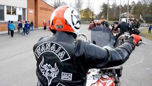 Moottoripyöräilijä Hurttalan koulun pihalla Hattulassa