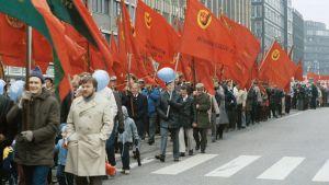 Vappumarssijoita Helsingissä 1983.