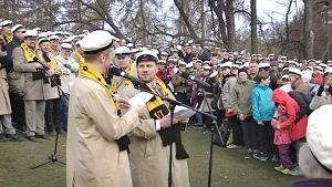 Vappupäivä käynnistyi perinteisin menoin Helsingin Ullanlinnanmäellä.