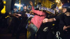 Mielenosoittajat puolustivat tummaihoisten oikeuksia Baltimoressa, Yhdysvalloissa, 30. huhtikuuta.