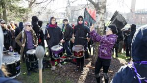 Rumpuryhmä Mansen anarkistisen vappujuhlan vappumarssilla Tampereella vappuaattona 30. huhtikuuta.