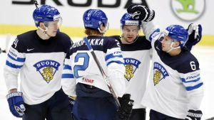 Joonas Kemppainen, Jyrki Jokipakka, Janne Pesonen ja Tuukka Mäntylä juhlivat Suomen ainoata maalia USA-pelissä.