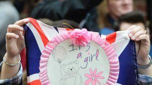 Kuninkaallisten fanit juhlivat St. Maryn sairaalan edustalla kuultuaan ilmoituksen tyttölapsen syntymästä.