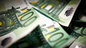 Satasen euroja.