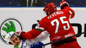 Anze Kopitar sai välillä tylyä kohtelua Valko-Venäjän pelaajilta.