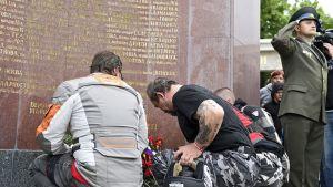 Yön sudet -moottoripyöräkerhon jäseniä laskemassa muistoseppelettä venäläisten sotilaiden muistomerkille Itävallan pääkaupungissa Wienissä.