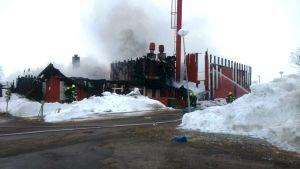 Kilpisjärven monitoimitalo, jossa toimi myös koulu, tuhoutui täysin tulipalossa Enontekiöllä, 3. toukokuuta 2015.