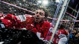 Sveitsin Reto Berra koki kovia Itävallan käsittelyssä jääkiekon MM-kisoissa 2015.