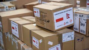 Nepaliin menevät avustustarvikkeet odottivat lentokoneeseen lastaamista Varsovassa, Puolassa 1. toukokuuta.