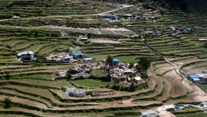 Ilmakuva Gorkhan piirikunnassa sijaitsevasta Barpakin kylästä, joka oli 25. huhtikuuta iskeneen maanjäristyksen maanpintakeskus.