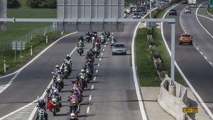 Moottoripyöräjengiä moottoritiellä.