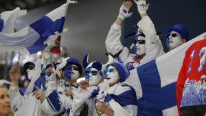 Suomi-faneja katsomossa