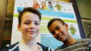 Raunistulan koulun oppilaat Karliino Härmä ja Malik Abudu.