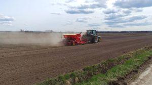 Traktori ajaa pellolla.