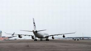 Lentokone Helsinki-Vantaan lentoasemalla.