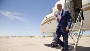 Joh Kerry astuu lentokoneesta.