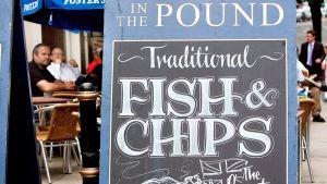 Fish & chips kyltti englantilaisen pubin edessä