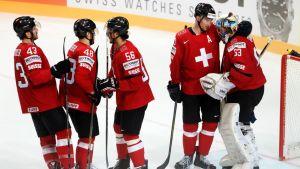 Sveitsiläispelaajia jäällä