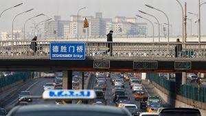 Autot matelevat jonossa Kiinan Pekingissä 20. tammikuuta.