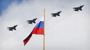 Hävittäjiä taivaalla, etualalla Venäjän lippu.