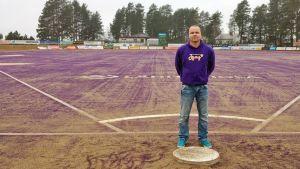 SuperJymyn urheilutoimen johtaja Mikko Kuosmanen Sotkamon pesäpallokentällä.