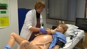 Tyksin simulaatiohuoneessa lääketieteellisiä operaatioita harjoitellaan kolmen nuken avulla.