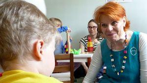 Lapin leikkilähetti Raili Pokka-Mattanen vieraili Kemin Terhokerhossa