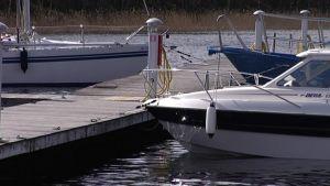 Veneitä laiturissa.