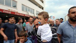 Mies lähtemässä perheineen pois levottomuuksien tieltä Kumanovossa, Makedoniassa 9. toukokuuta.
