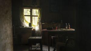 Hylätyn maalaistalon tupa Pohjanmaalla toukokuussa 2015